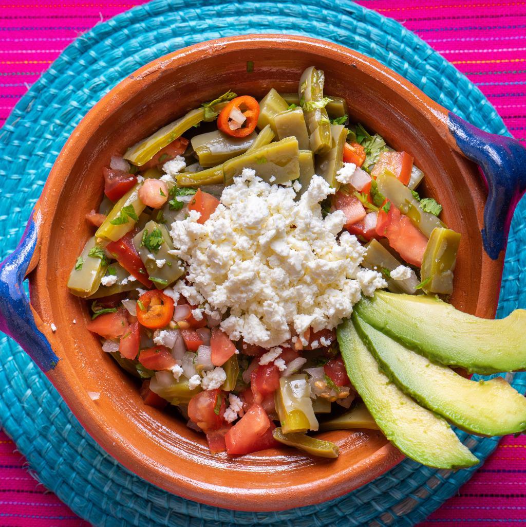 Tradycyjna meksykańska sałatka z kaktusa